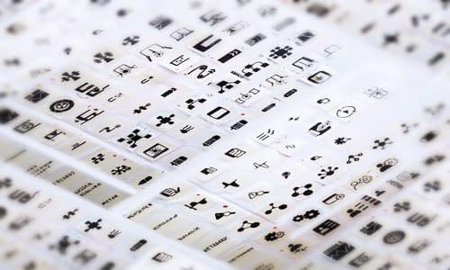 logoentwicklung mit verschiedenen symbolen auf einem blatt papier