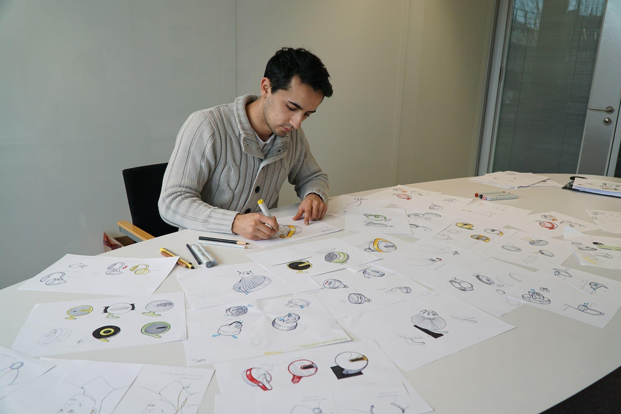 anfertigung von skizzen eines in-ear pulsoximeter durch händische zeichnungen am schreibtisch